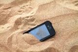 Come pulire uno smartphone da sabbia e cosa non fare
